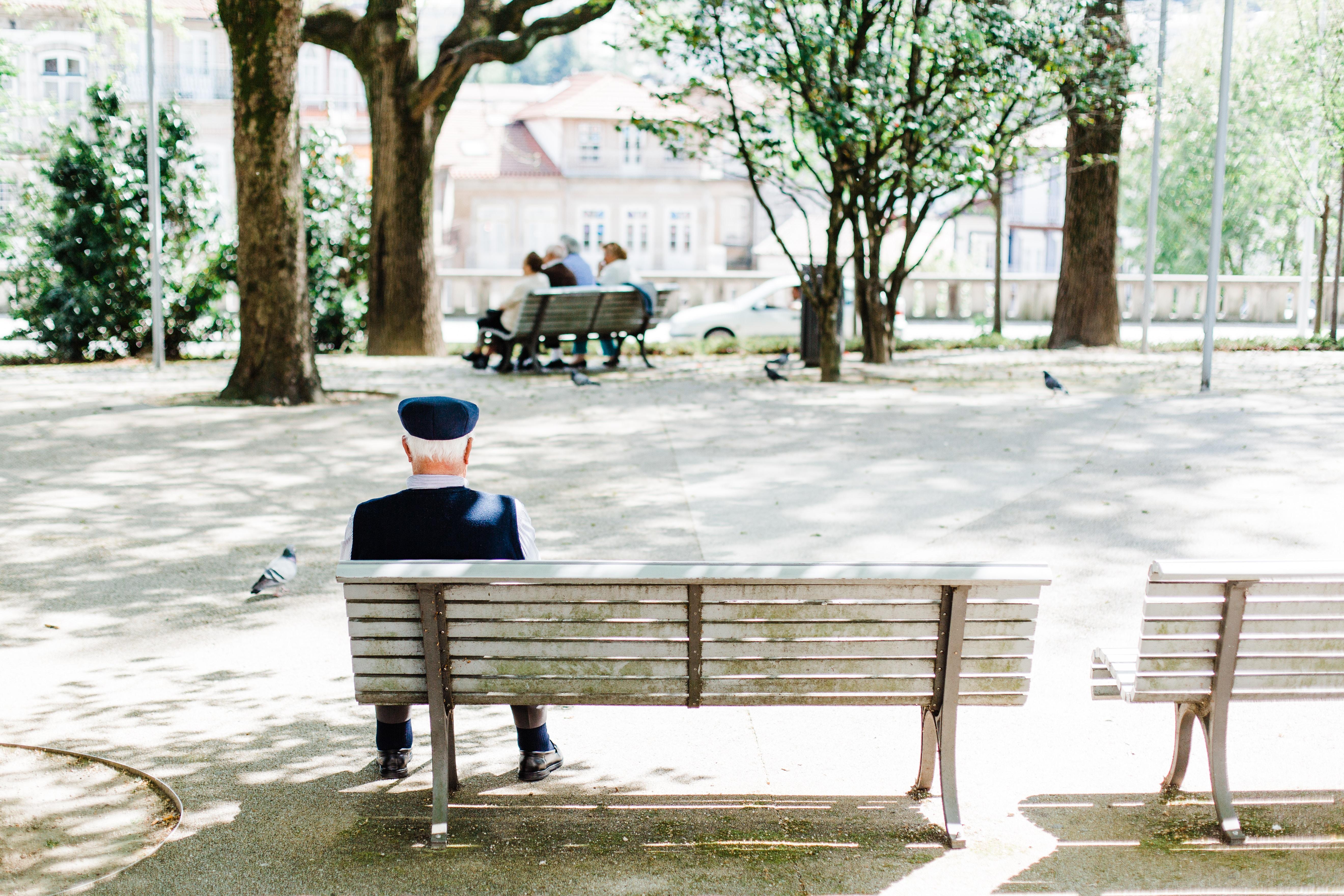 anziano polacco seduto sulla panchina a Cracovia