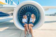 2 cabin crew di ryanair sedute sul motere dell'aereo