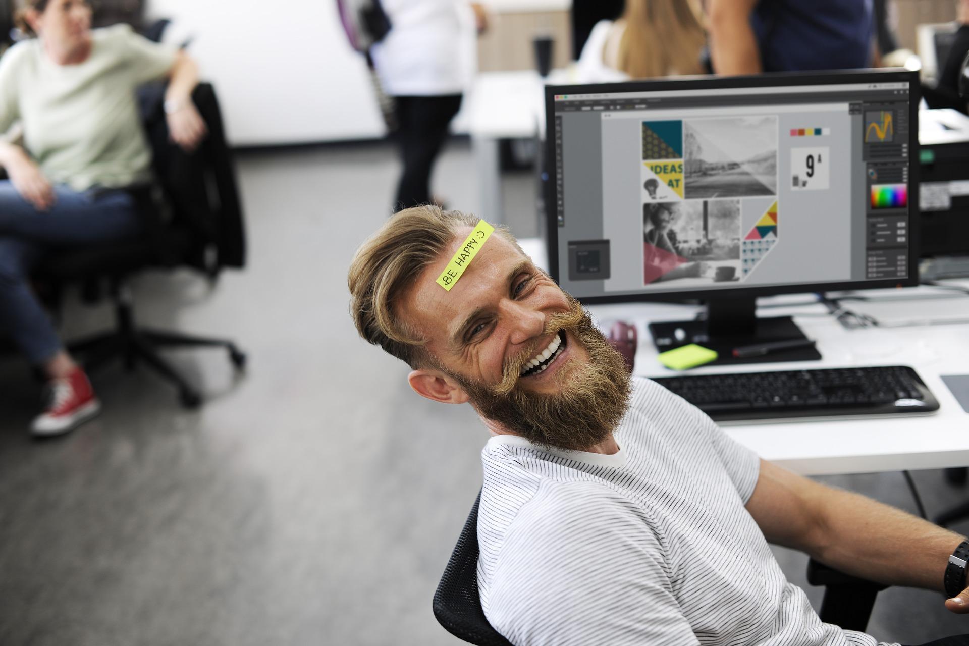 Ragazzo sorre peché è contento sul posto di lavoro