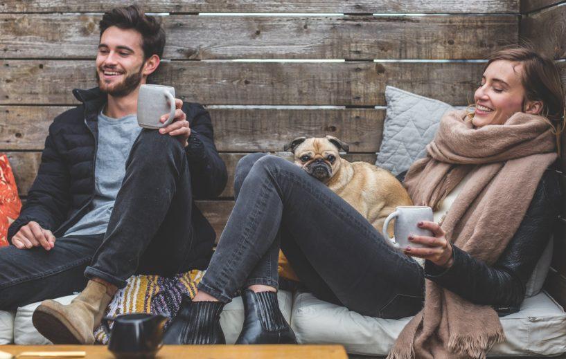 Due giovani polacchi seduti per terra felici